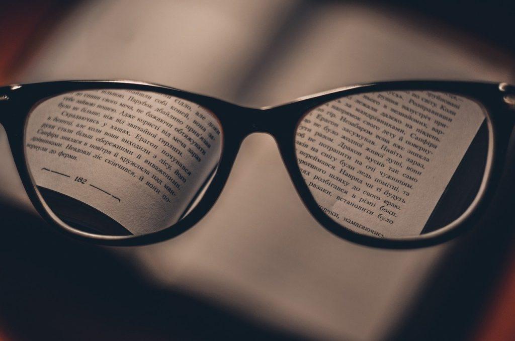 קריאה דרך משקפים